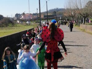 Crianças do Centro Escolar de Água Longa celebram o carnaval nas ruas da freguesia