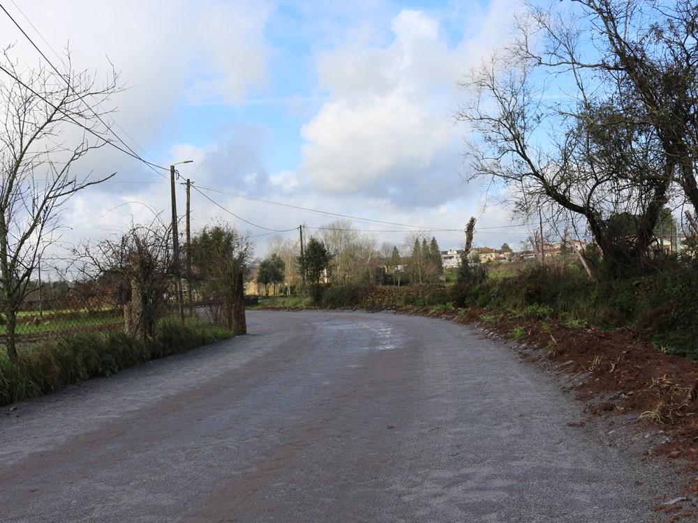 Obras de pavimentação na Rua do Outeiro em Água Longa