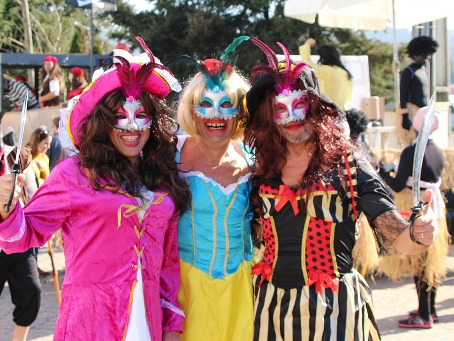 Dezenas de foliões enchem as ruas no Carnaval de Água Longa